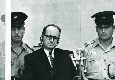 El jerarca nazi Adolf Eichmann durante su juicio en Jerusalén. Blanco y negro.